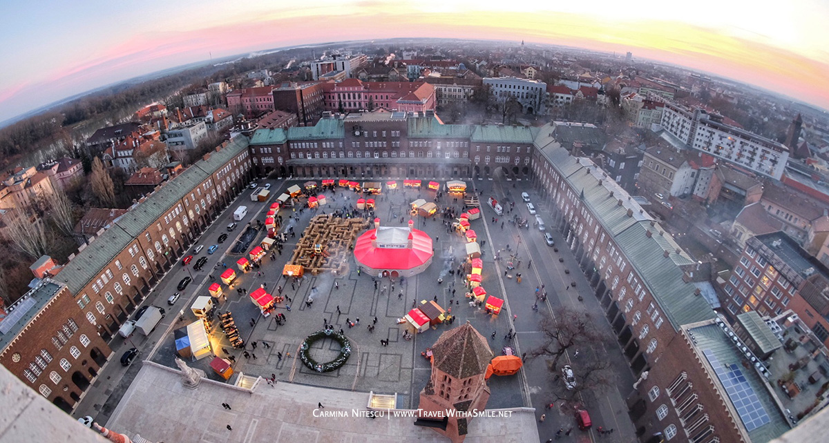 Piata de Craciun din Dom Zquare, Szeged, vazuta din turnurile Bisericii Votive